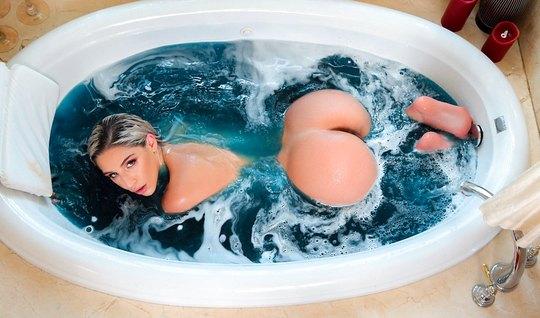 Девушка в ванной заставляет мужика трахать ее сочные щели до предела...