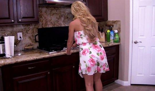 Блондинка в чулках раздвигает ножки для порки от первого лица...