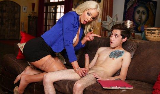 Мамочка блондинка после отсоса подставляет киску для секса с молодым...