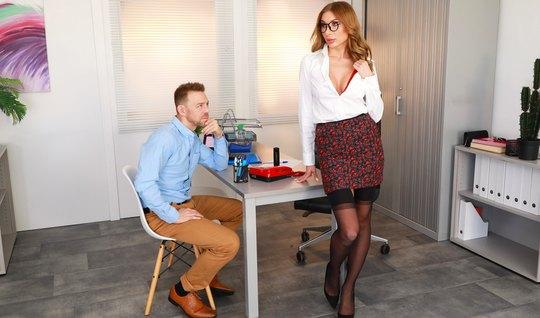 Дамочка в чулках прямо в офисе развлекается в обществе своего любовник...
