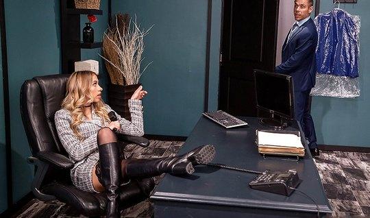 Блондинка в чулках раздвигает ноги для порки в офисе и испытывает орга...