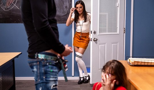 Молодая студентка в кабинете получает от парня анальный секс