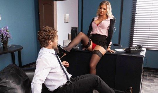Татуированная развратница в чулках прямо в офисе кончает от секса...
