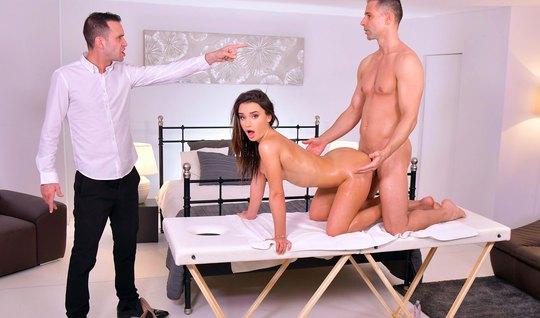 Брюнетка получает от мужа и массажиста двойное проникновение...