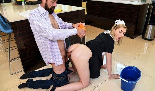 Блондинка в позе раком подставляет щелочки для анального секса с друго...
