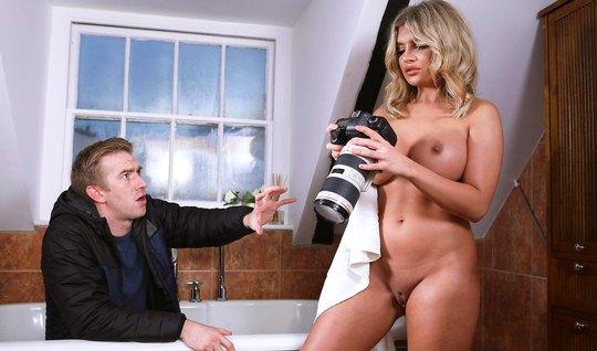 Блондинка с большими дойками и твердым членом трахается с парнем...