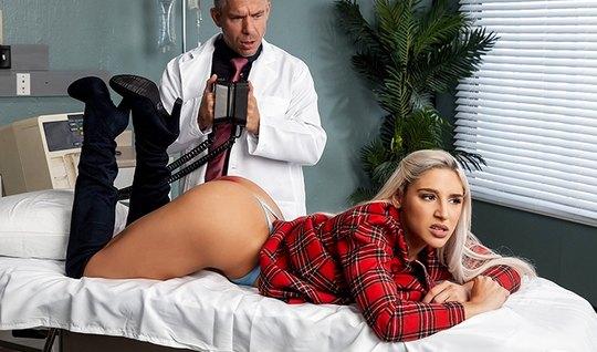 Блондинка с большой попкой подставляет дырочки для траха с доктором...