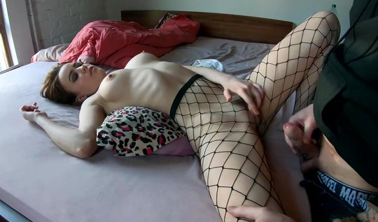 Русская молодая девушка в чулках показала парню супер домашнее порно...