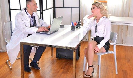 Блондинка прямо в офисе подставляет свою сочную щель для секса...