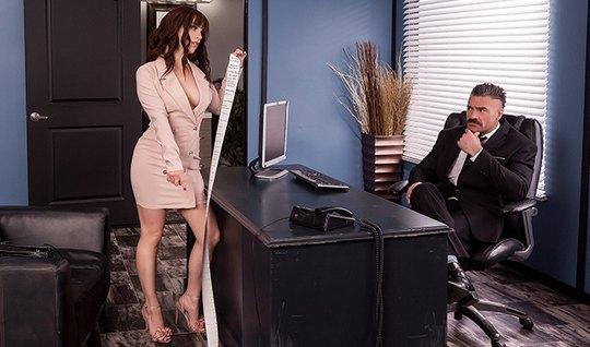 В офисе брюнетка секретарша дает боссу себя отыметь прямо на столе