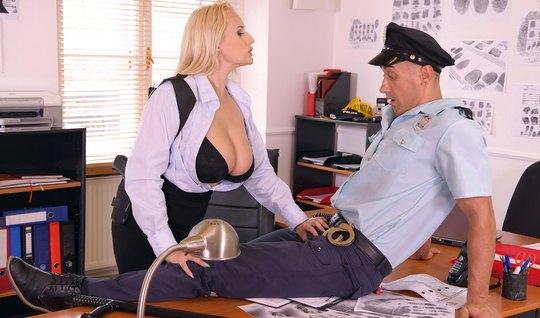 Женщина с большими дойками прямо в офисе оседлала член полицейского...