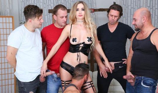 Блондинка в чулках принимает участие в оргии с двойным проникновением