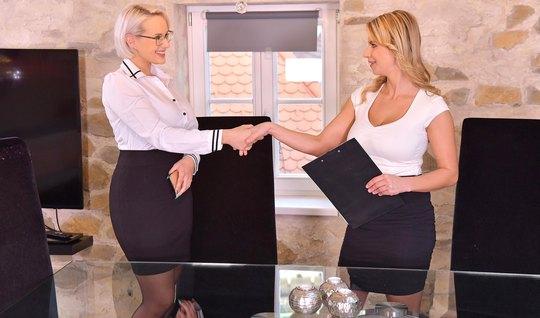 Зрелые лесбиянки раздвигают свои ноги для вагинала друг с другом...