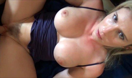 Мамка с большими дойками раздвигает ноги для домашнего порно крупным п...