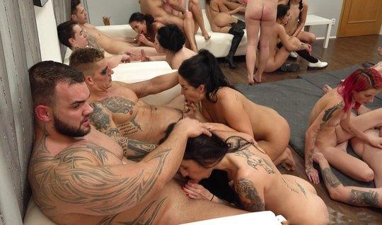 Татуированные парни пригласили подружек для реальной оргии на видео ка...