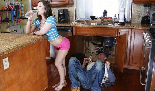 Сантехник поимел молоденькую домохозяйку в аппетитную попку...