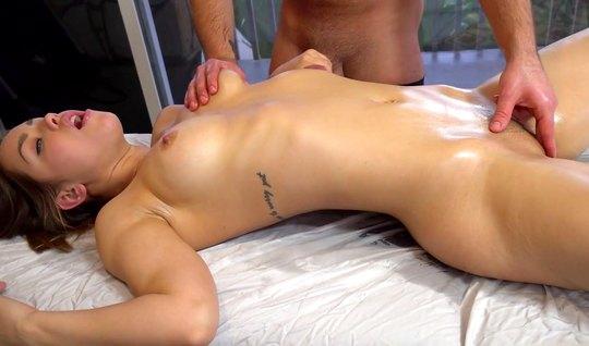 Во время массажа развратница подставляет свою сочную пилотку для любви...