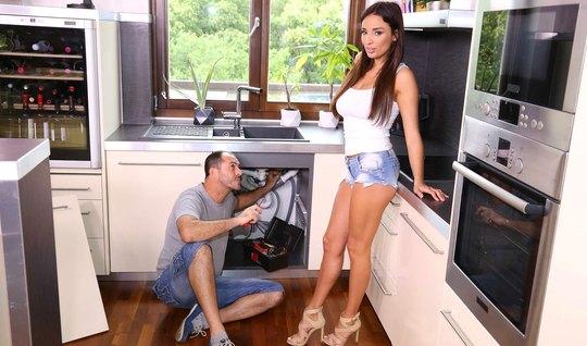Брюнетка задрала майку и позволила мужчине себя отодрать прямо на кухн...