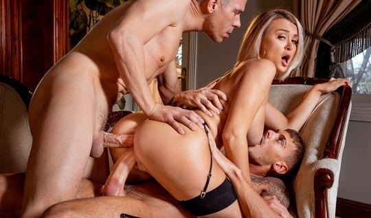 Блондинка в чулках позволяет мужчинам дарить ей двойное проникновение...