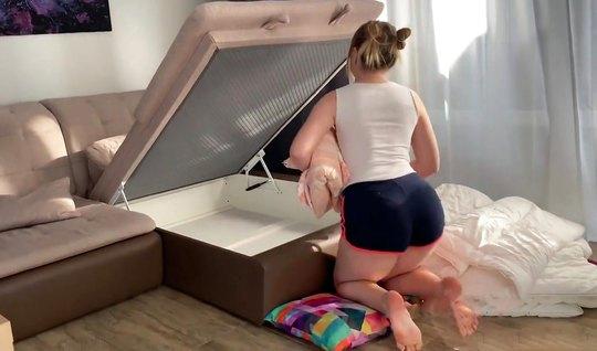 Молодая парочка снимает на камеру домашнее порно в позе раком...
