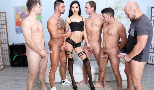 Девушка в чулках обожает анальный секс и двойное проникновение...
