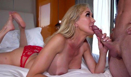 Зрелая блондинка после минета принимает много спермы от любовника...