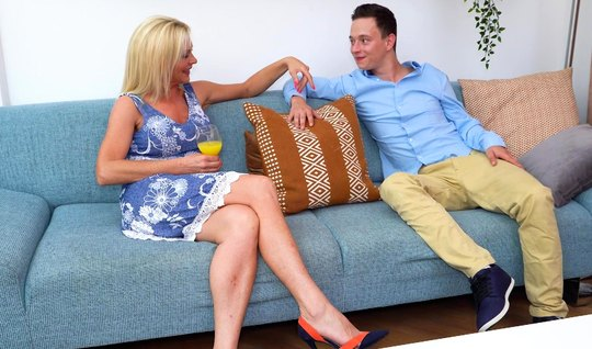 Зрелая блондинка знакомится с женихом дочери через глубокий трах ее пи...