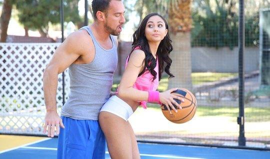 Спортсмен трахает темноволосую брюнетку прямо во время баскетбола...