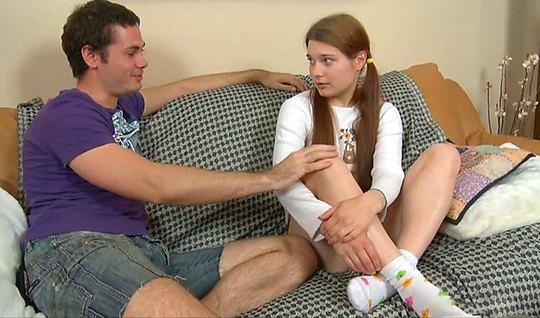 Русская девушка хочет, чтобы ее молодой друг в фиолетовой майке отымел...