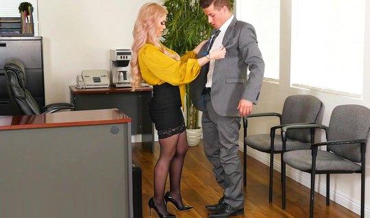 Сиськастая секретарша в чулках и желтой блузке получает от босса крупн...