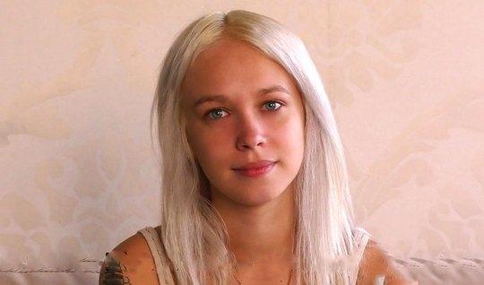 Русская блондинка раком на секс-кастинге дает зрелому мужику и стонет...