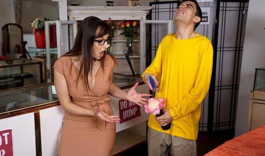 Мамка подарила парню дочери секс-игрушку, а затем сделала ему глубокий...