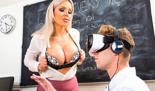 Блондинка страхается со студентом в колледже во время лекции