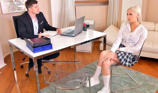 Учитель в офисе задрал юбку на блондинке и трахнул в пизденку вместо з...
