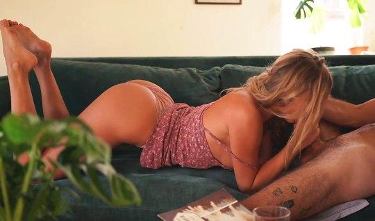 Кудрявый теннисист снялся в домашке с моделью в коротком платье и нако...