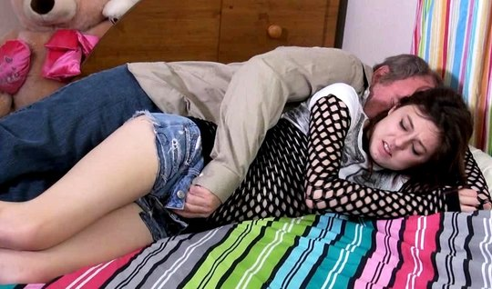 Зрелый мужик трахает спящую красотку брюнетку и кончает ей в мохнатку...