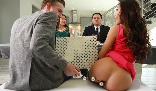 Бизнесмен после деловой встречи трахнул анально азиатскую жену партнер...