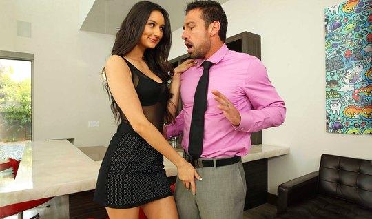 Брюнетка в гостиной задирает ножки для страстного секса с мужчиной...