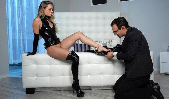 Девушка в латексе доминирует над мужчиной в черном костюме
