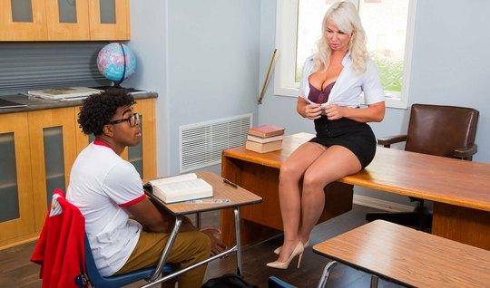 Негр натягивает в колледже сисястую учительницу на столе на гигантский...