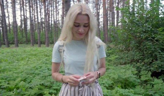 Русская согласилась отсосать в лесу пикаперу толстый член перед включе...