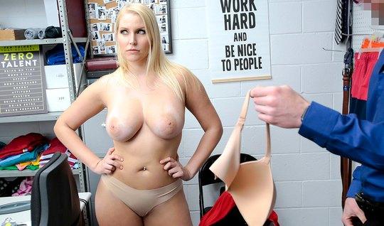 Охранник в офисе поставил зрелую блонду в красном платье раком и грубо...
