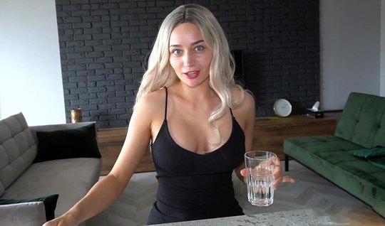 Блондинка после завтрака на обеденном столе трахнулась с мужиком без п...