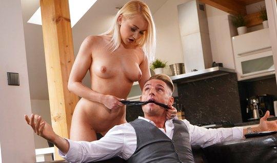 Блондинка доминирует над пацаном в сером костюме и садится писей ему н...