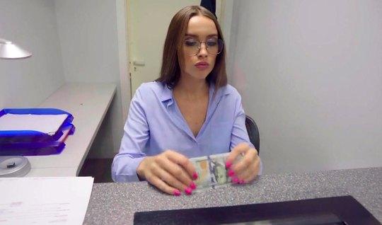 Русская сотрудница банка от первого лица елозит вагиной на работе по ч...