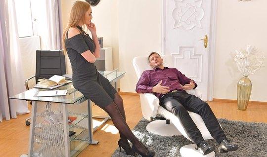 Секретарша в чулках готова к анальному сексу с зрелым мускулистым дире...