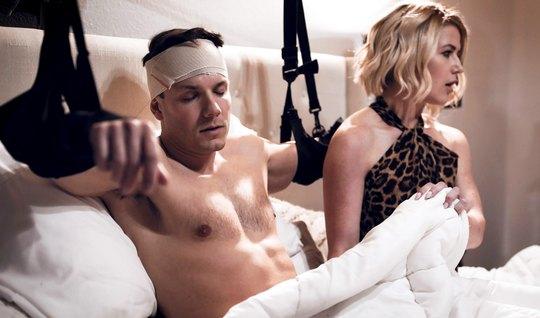 Мамка проведала пациента и трахнулась с ним в спальне до теплой кончи ...