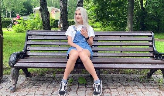 Русская парочка на публике в парке ебется в вагинальную щелку и ловит ...