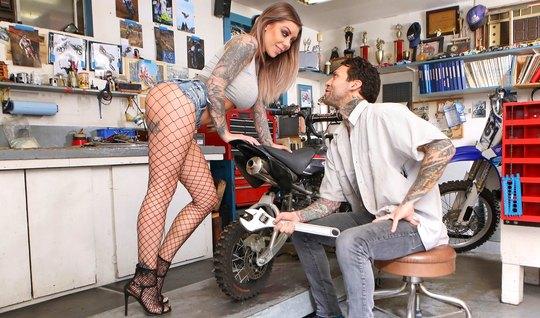 Грудастая татуированная байкерша ласкает здоровенный член механика...