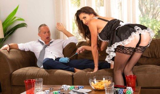 Зрелая горничная в чулках настроена долго трахаться с пошлым бизнесмен...